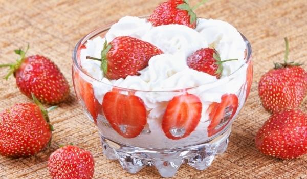 Йогурт крем с ягоди