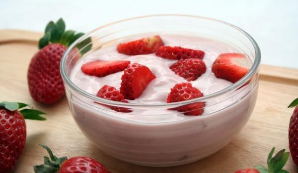 Бадемов десерт с ягоди