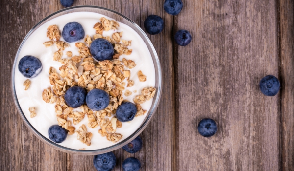 Закуска с кисело мляко, ядки и боровинки