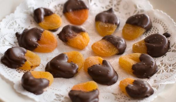 Сушени кайсии в шоколадов сос