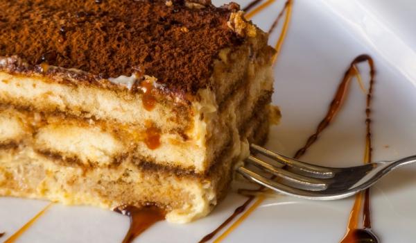 Бишкотен сладкиш с ванилов крем и карамел