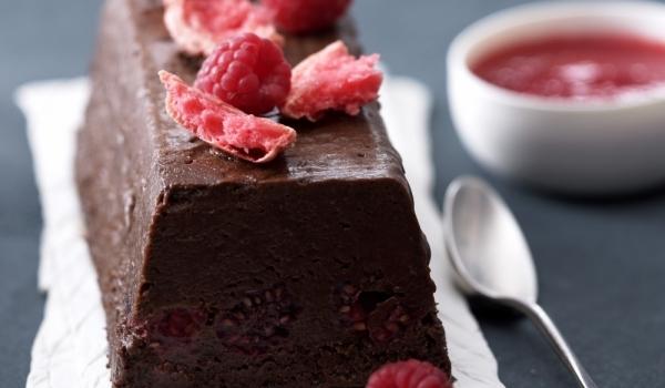 Шоколадов десерт със стафиди и малини