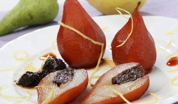 Десерт от круши и стафиди с винен сос