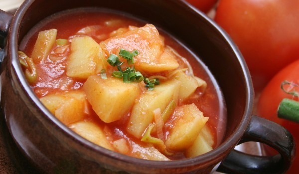 Картофи, задушени с домати
