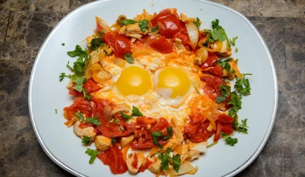 Пържени яйца със зеленчуци