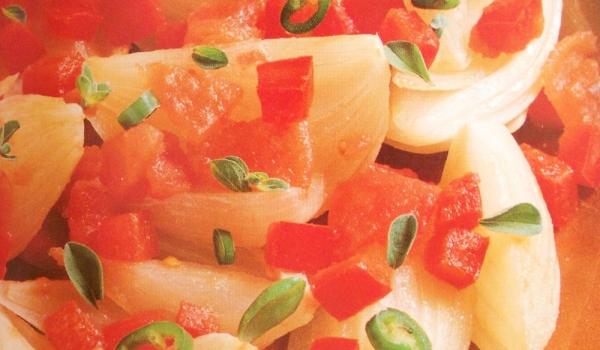 Пикантен лук с домати