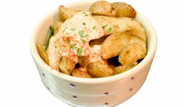Подлютени картофки със сос
