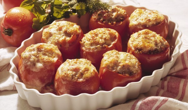 Пълнени домати с тиквички и пшеница
