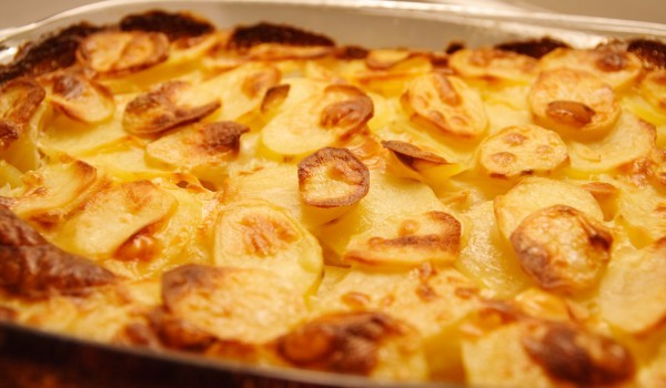 Запечени картофи със сирене и кашкавал