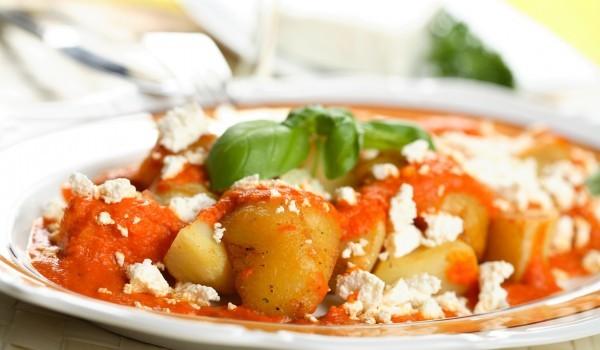 Картофи с доматен сос и сирене