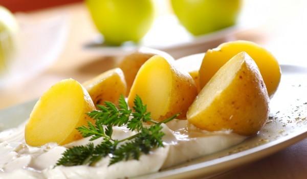 Пресни картофи с бял сос