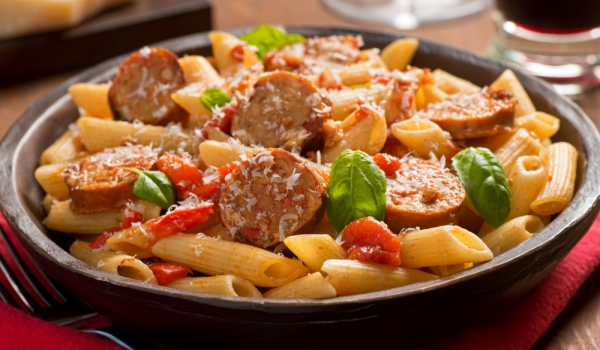 Паста с наденица и доматен сос
