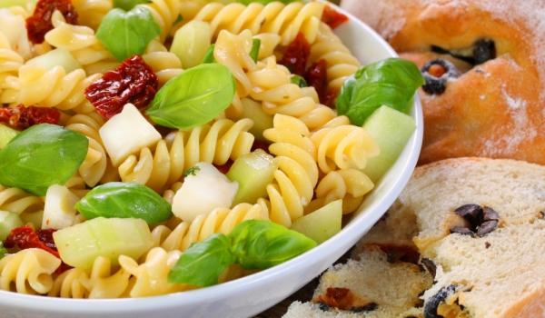 Фусили с моцарела и сушени домати