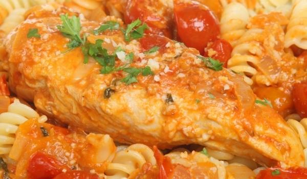Фусили с пилешки гърди на фурна