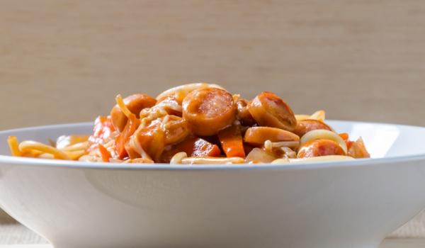 Спагети с яйца, наденица и лук
