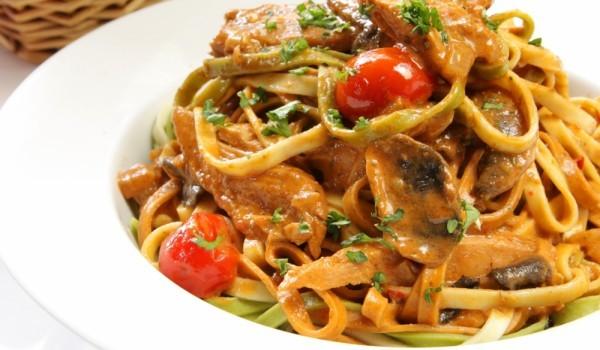 Винени спагети с пиле и гъби
