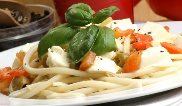Спагети със зеленчуци и сирене