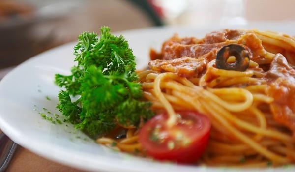 Спагети с риба тон и сушени маслини
