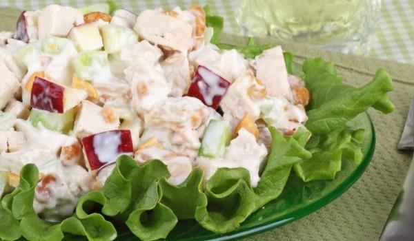 Пилешка салата с орехи