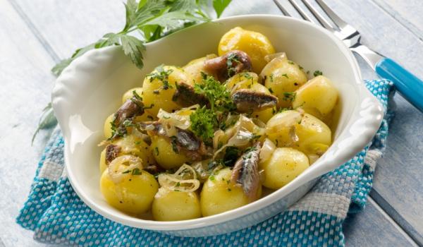 Топла салата с картофи и каперси