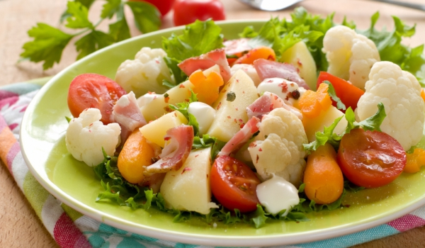 Зимна салата с карфиол и картофи