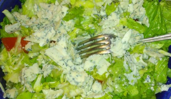 Салата със зеле и синьо сирене
