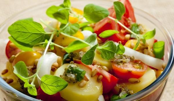 Италианска картофена салата с бекон и кедрови ядки