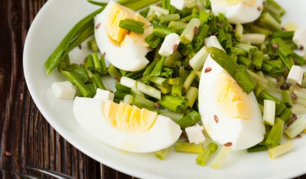 Салата с левурда, зелен лук и яйца