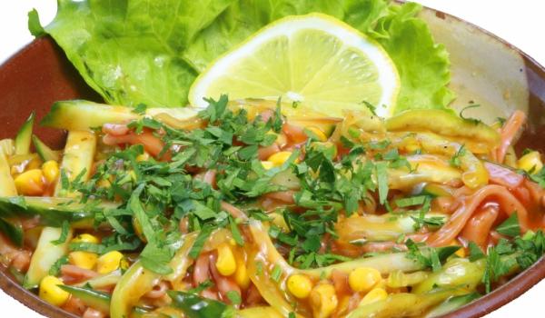 Царевична салата с кашкавал и салам
