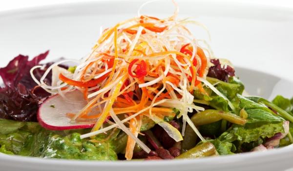 Топла салата от зелен фасул