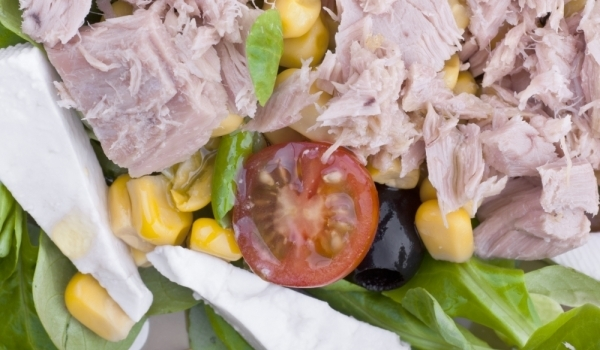 Салата с царевица и риба тон