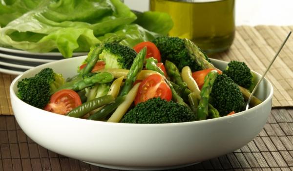 Топла салата с аспержи