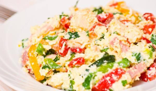 Яйчена салата с чушки и рокфор