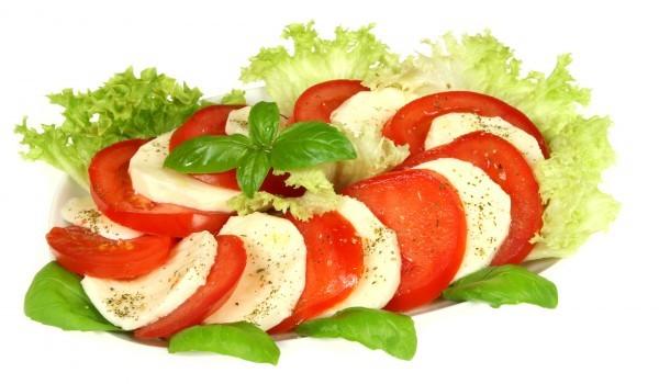 Салата от домати с два вида сирене