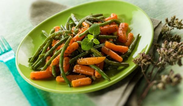 Салата от зелен фасул, моркови и чушки