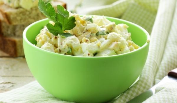 Яйчена салата с кедрови ядки