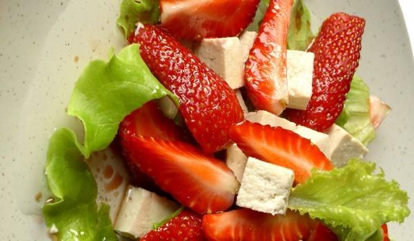 Свежа салата с ягоди