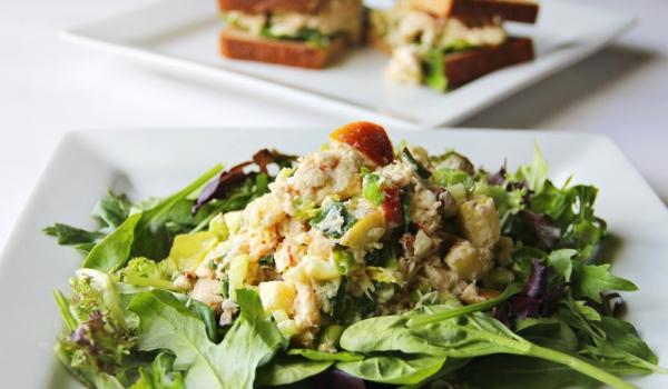 Зелена салата с риба тон и ябълки