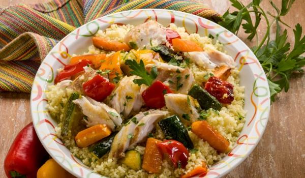 Мароканска салата с кус кус и пилешко
