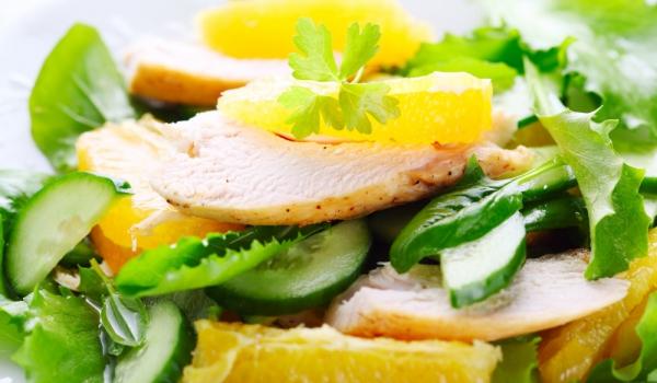 Зелена салата с пиле и портокали