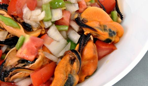 Салата с мидени ядки и домати