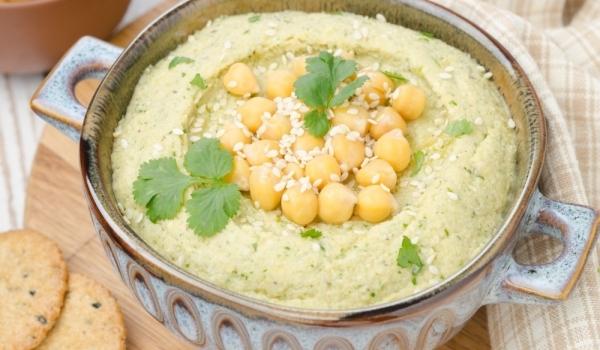 Млечна салата с хумус