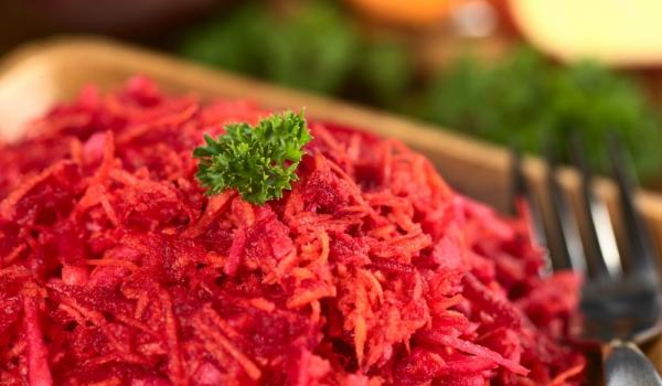 Витаминозна салата от цвекло, моркови и ябълки