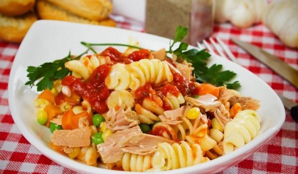 Богата макаронена салата с риба тон