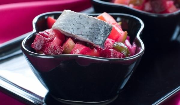 Салата с картофи, червено цвекло и риба