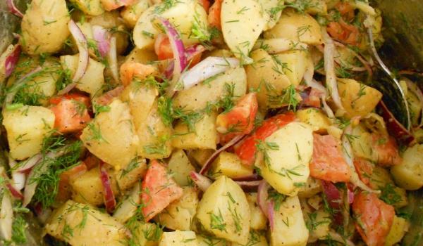 Салата от пресни картофи с домати
