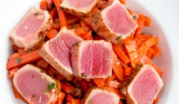 Салата от моркови и риба тон