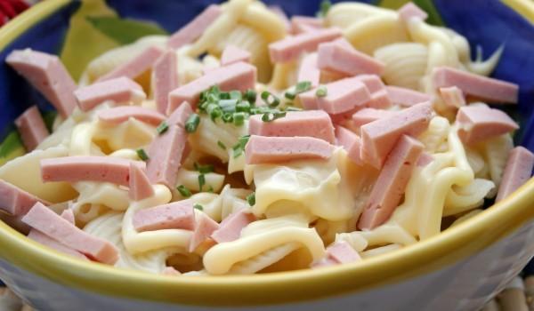 Вкусна макаронена салата с шунка