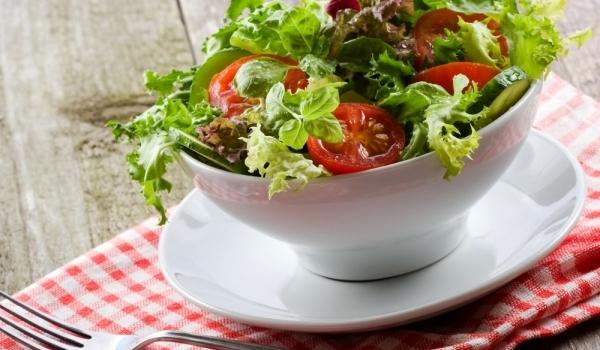 Салата с мариновани домати