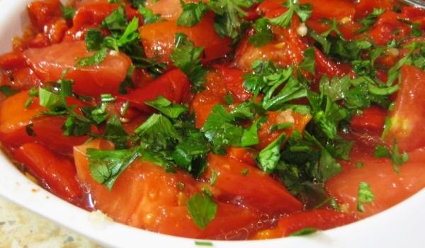 Салата от домати с печени чушки